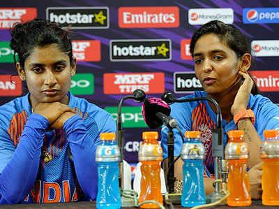 मिताली राज और हरमनप्रीत कौर (दाएं)