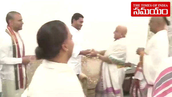 watch ttd priests give ashirvachana to ysrcp chief ys jagan after grand victory in andhra