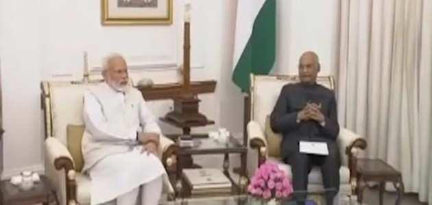 मंत्रिपरिषद समेत PM ने राष्ट्रपति को सौंपा इस्तीफा