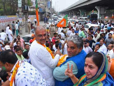 समर्थकों के साथ संजय भाटिया