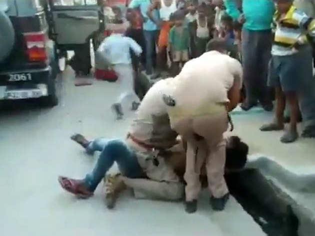 युवक को पीटते पुलिसवाले