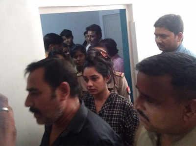 ऐक्ट्रेस रीतू सिंह को घटनास्थल से निकालकर ले जाती पुलिस