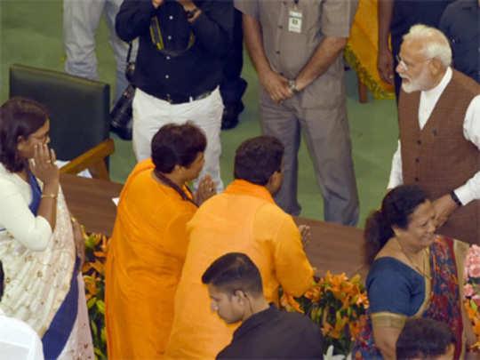 PM-modi-and-sadhvi