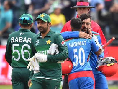 पाकिस्तान को हराने के बाद जश्न बनाते अफगानी खिलाड़ी।