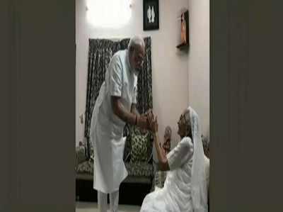 जीत के बाद अहमदाबाद पहुंचे नरेंद्र मोदी, मां का लिया आशीर्वाद