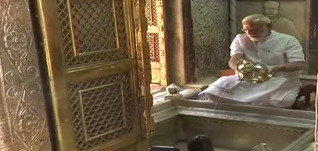 प्रधानमंत्री नरेंद्र मोदी पहुंचे वाराणसी, कशी विश्वनाथ में दर्शन कर लिया आशीर्वाद