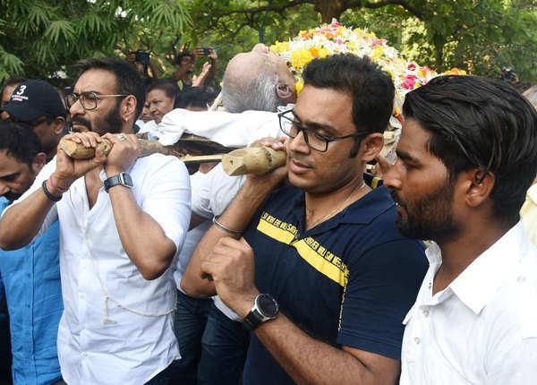 अजय देवगन के पिता वीरू देवगन को श्रद्धांजलि देने पहुंचे बॉलिवुड स्टार्स