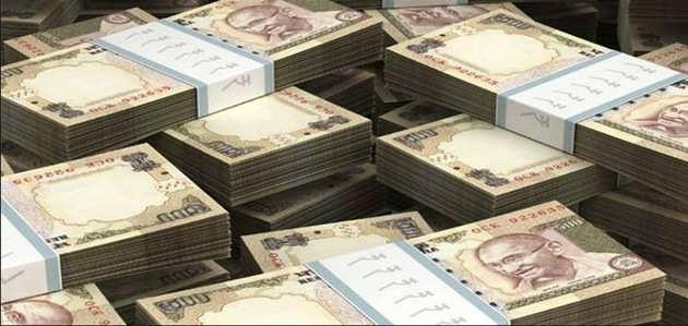 पुलिस से बचने के लिए सड़क पर बिखेर दिए 1.5 करोड़ रुपये
