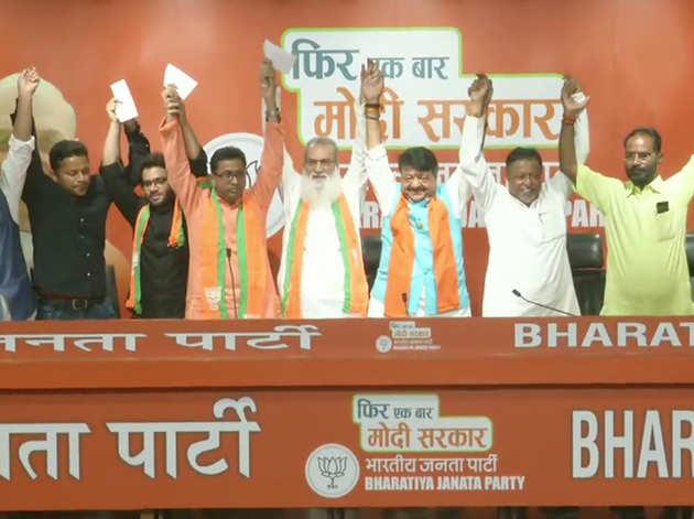 बीजेपी में शामिल नेताओं के साथ कैलाश विजयवर्गीय व अन्य