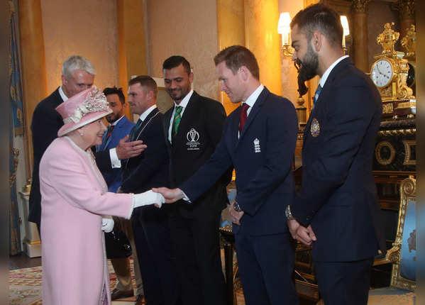 कप्तानों से मिलीं महारानी