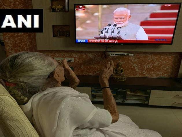 नरेंद्र मोदी का शपथ ग्रहण समारोह देखतीं उनकी मां हीराबेन