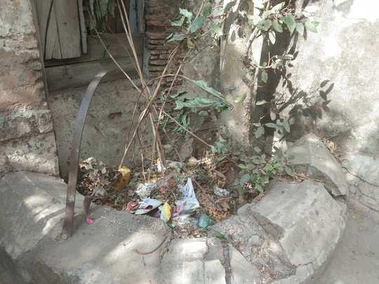 विहिरीत कचऱ्याचे ढीग