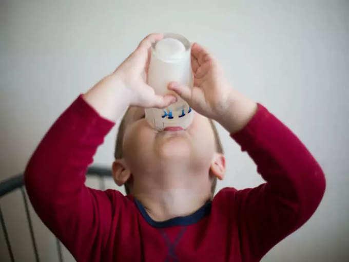 बच्चा करता है दूध पीने में नखरे तो ये टिप्स आएंगे काम