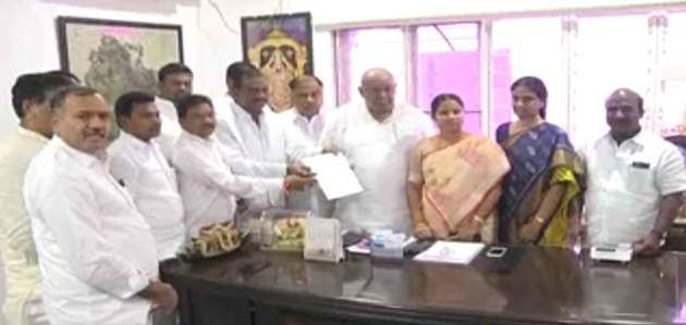 तेलंगाना में कांग्रेस को झटका, टीआरएस में शामिल होंगे 12 विधायक