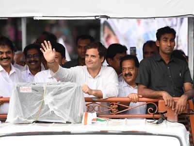 रोड शो के दौरान लोगों का अभिवादन स्वीकारते राहुल गांधी