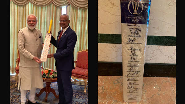 pm narendra modi presents maldives president a cricket bat
