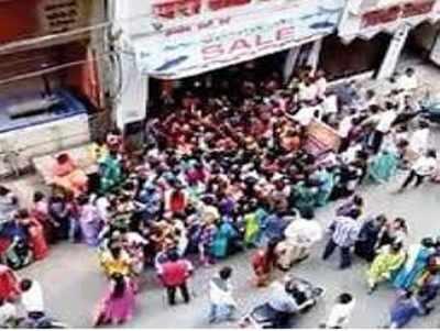 दुकान के सामने जमा महिलाओं की भीड़