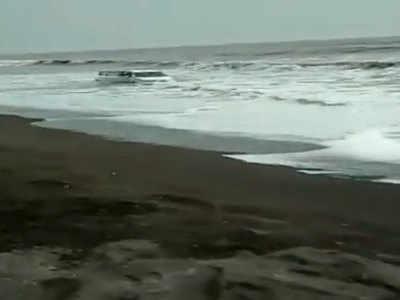 लहरों के बीच कार