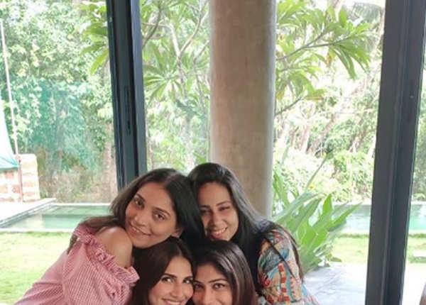 सहेलियों के साथ तस्वीर