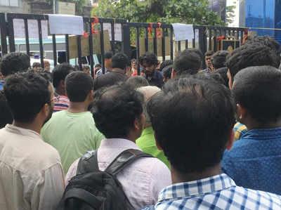 कोलकाता: मरीज के परिजनों द्वारा डॉक्टर की पिटाई के खिलाफ NRS मेडिकल कॉलेज के जूनियर डॉक्टरों ने की हड़ताल