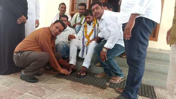 ys jagan fan wears chappals after 10 years