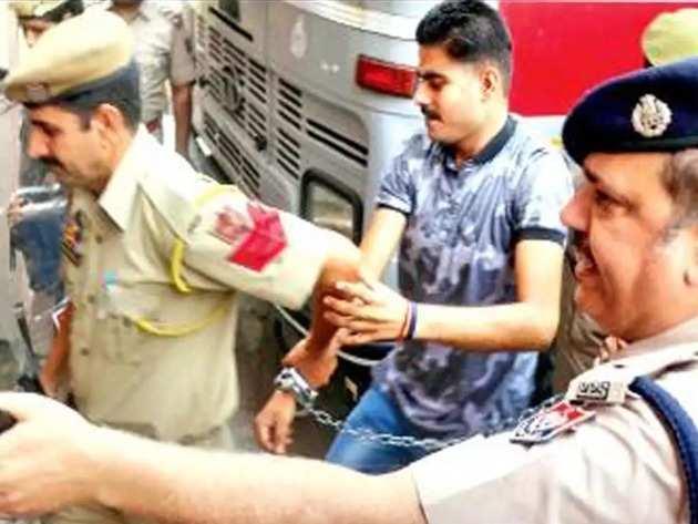 दीपक खजूरिया को अदालत ले जाती पुलिस (फाइल फोटो)