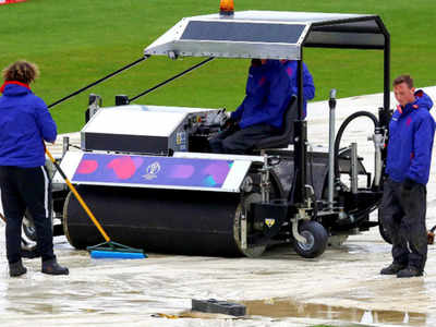 बारिश के बाद ब्रिस्टल में मैदान पर काम करते कर्मी