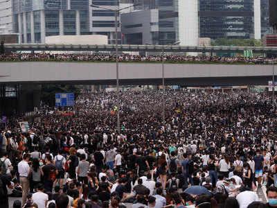 प्रदर्शन में जुटे हजारों लोग