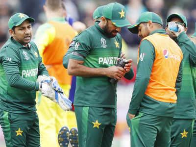 सरफराज अहमद के साथ टीम के खिलाड़ी