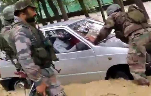विडियो: सेना ने उफनते फिरोज़पुर नाला से कार और चालक को बचाया