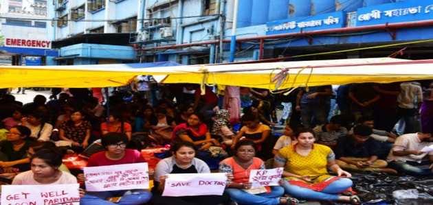 पश्चिम बंगाल: सरकार ने हड़ताली डॉक्टरों का इस्तीफा किया नामंज़ूर