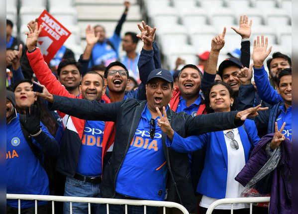 टीम इंडिया की जर्सी में फैंस
