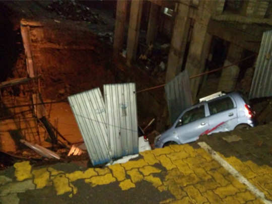 ठाणे: रस्ता खचला, तीन वाहनांचे नुकसान