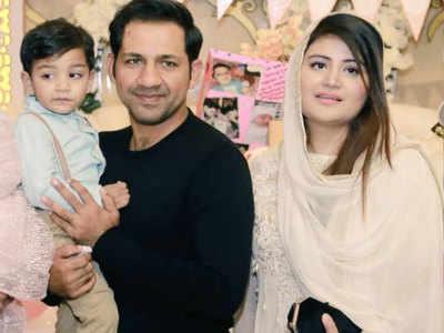 वाइफ और बच्चे के साथ पाक कप्तान सरफराज अहमद।