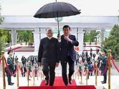 किर्गिस्तान के राष्ट्रपति ने पीएम नरेंद्र मोदी के सम्मान में पकड़ा छाता