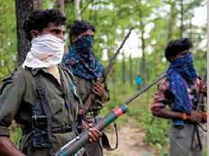 6 naxals including 3 women surrender before police in dumka
