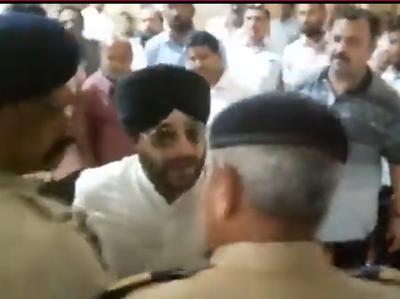 पुलिसकर्मी के साथ बहस करता कांग्रेस नेता