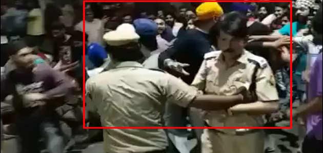 दिल्ली के मुखर्जी नगर में नाराज भीड़ का पुलिस के ACP पर हमला, बाल-बाल बचे