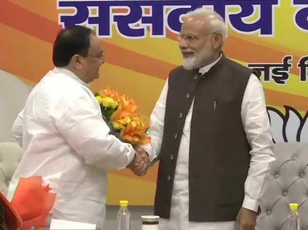 संसदीय बोर्ड की बैठक के बाद नड्डा को बधाई देते पीएम मोदी