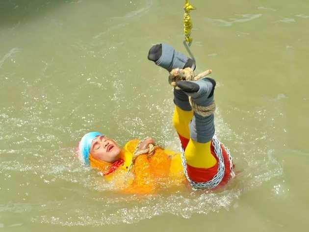 एक क्रेन की मदद से लाहिड़ी को हुगली के पानी में उतारा गया