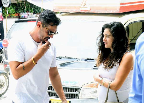 प्रेगनेंट गर्लफ्रेंड के साथ दिखे अर्जुन रामपाल
