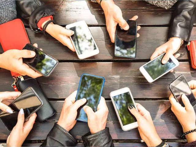 मोबाइल पर इंटरनेट चलाने में हम सबसे आगे, हर महीने एक फोन में खर्च हो रहा 9.8GB डेटा