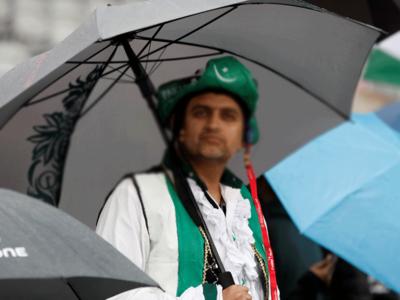क्रिकेट मैच के दौरान पाकिस्तान का फैन (फाइल)