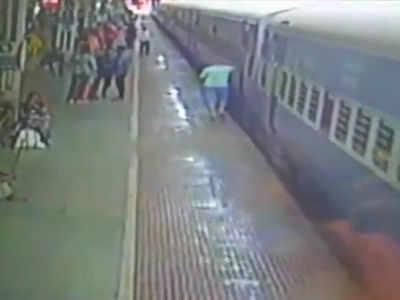 चलती ट्रेन में चढ़ता यात्री