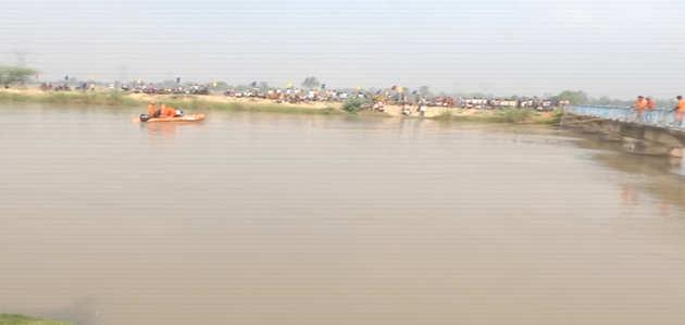 लखनऊ: बारातियों से भरी बस नहर में गिरी, सात बच्चे लापता