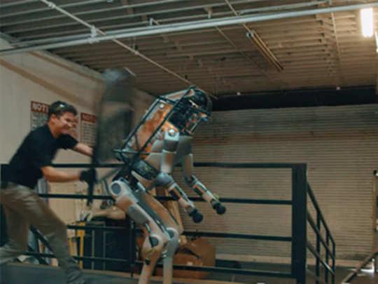 फॅक्ट चेक: रोबोने खरंच माणसावर हल्ला केला का?