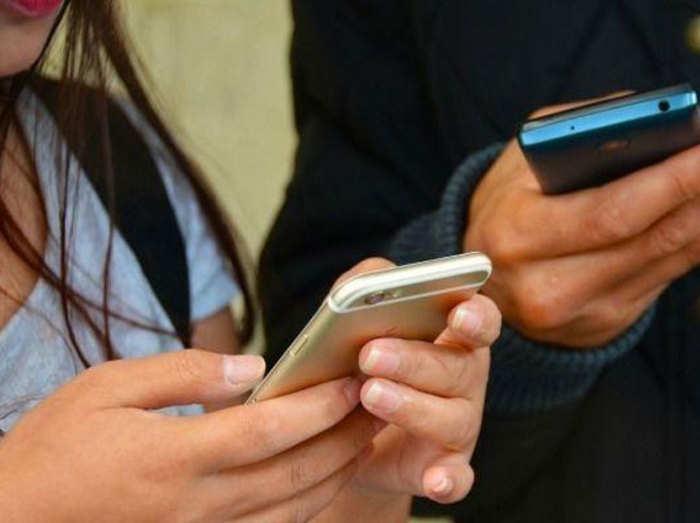 आधे से ज्यादा मोबाइल यूजर्स नहीं हैं इंटरनेट की दुनिया का हिस्सा