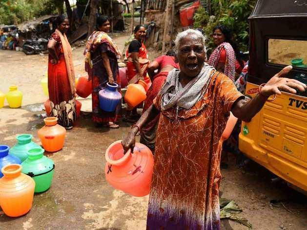 चेन्नै में पानी के लिए कतार में खड़ीं महिलाएं