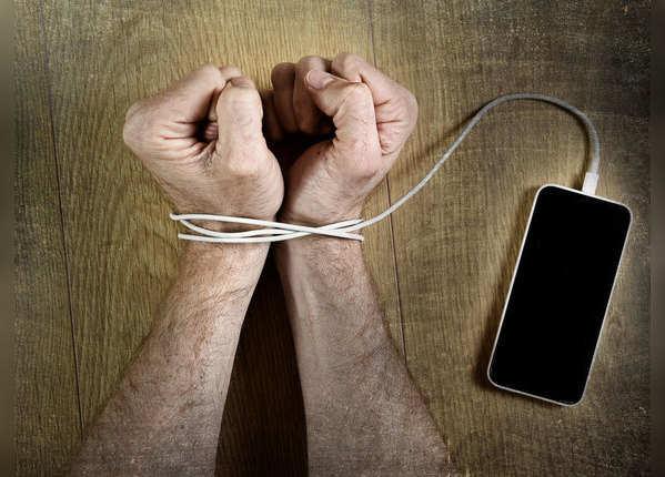 स्मार्टफोन अडिक्शन का शिकार हैं लाखों लोग