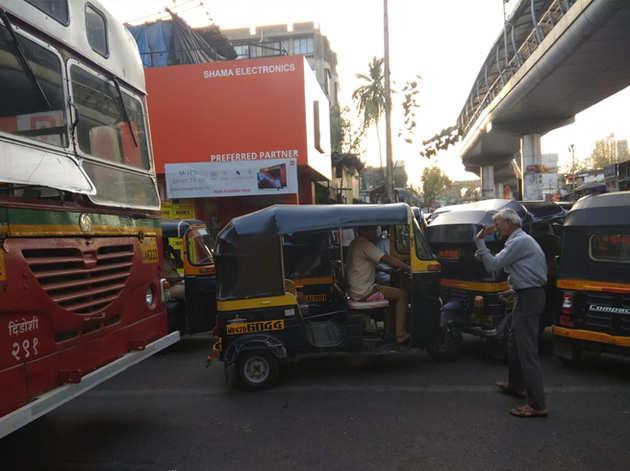 मुंबई की सड़कों पर ट्रैफिक संभालते हैं बुजुर्ग शख्स
